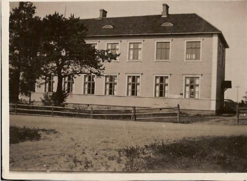 Kirkonkylän kansakoulu.